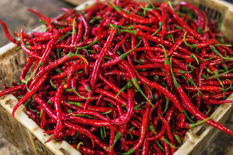 Papryczki chili uruchamiają w organizmie produkcję ciepła, co pomaga istotnie przyspieszyć przemianę materii i czasowo zwiększyć spalanie kalorii.