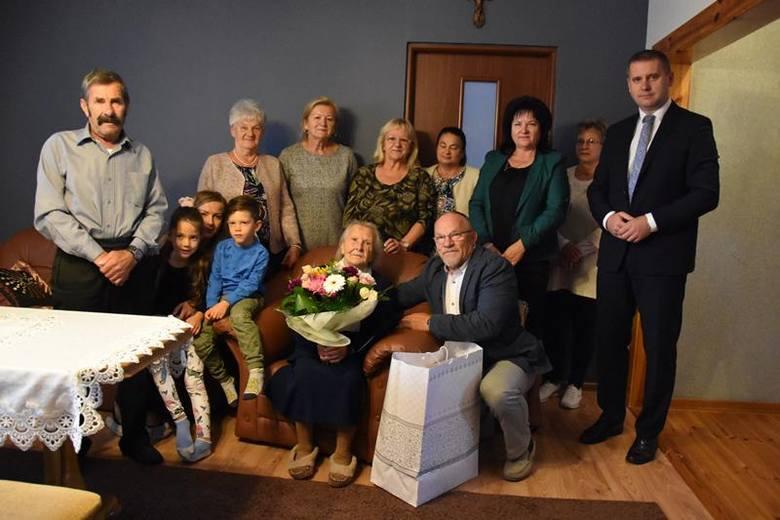 Pani Stanisława swoje setne urodziny świętowała z rodziną. Serdeczne gratulacje i życzenia oraz kwiaty i upominek w imieniu samorządu przekazał jubilatce