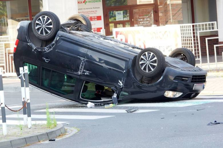 Wypadek w Kaliszu. W piątek przed godziną 7 rano na skrzyżowaniu ulic Pułaskiego i Ułańskiej zderzyły się dwa samochody osobowe. Jeden z pojazdów koziołkował