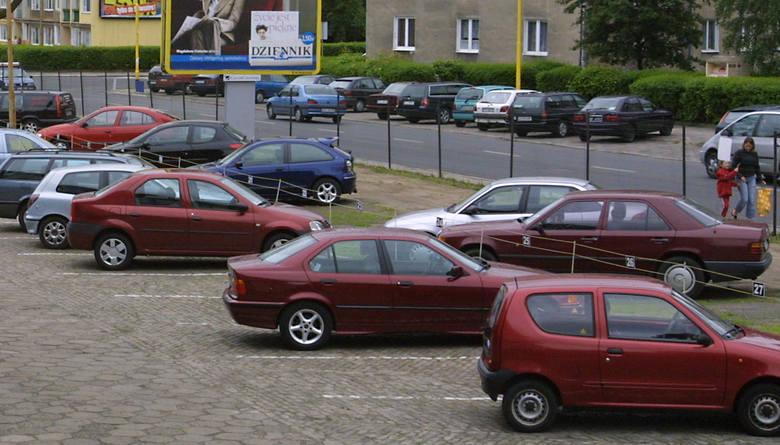 MOSRiR chce zarabiać i swojego parkingu nie odda do ogólnego użytku. Żąda jednak tego od prywatnego przedsiębiorcy, który usytuował parking od ul. W