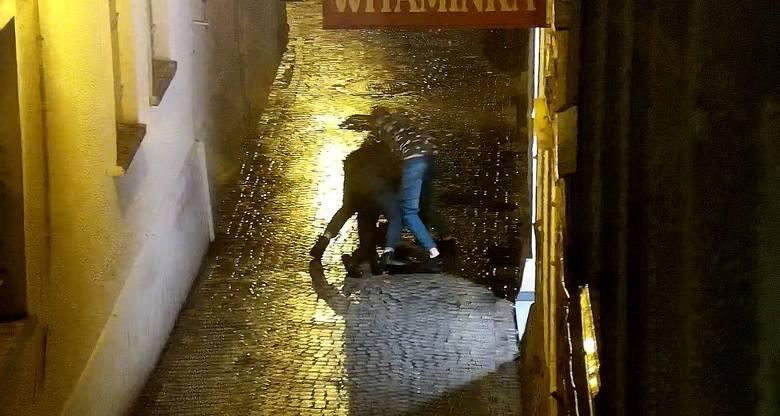 Bójka trzech osób przy sklepie Witaminka