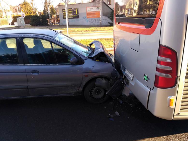 Około godz. 7.50 doszło do wypadku na ulicy Krzyżanowskiego w Rzeszowie. Kierowca renault najechał na tył autobusu MPK. - Kierowca samochodu osobowego