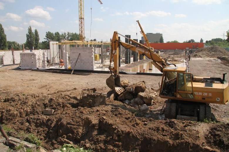 """Na działce przy ulicy Zagnańskiej obok OBI powstanie market budowlany """"Merkury"""" i galeria handlowa. Widać, że na placu budowy już się coś dzieje – trwają"""