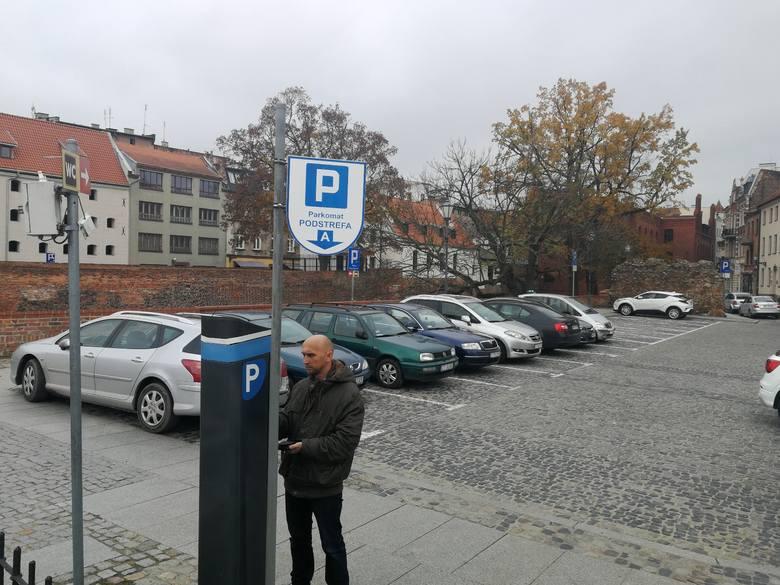 Władze Gdańska i Wrocławia w ostatnich tygodniach podniosły stawki za parkowanie aut. Do tego samego szykuje się Warszawa. CO zrobi Toruń? SZCZEGÓŁY