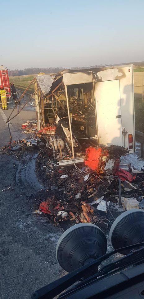 Pożar samochodu na drodze ekspresowej S8 ZDJĘCIA