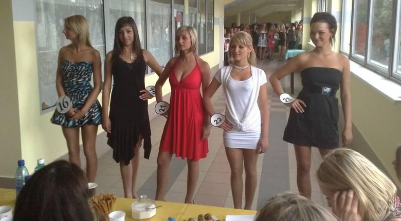 Kandydatki prezentowały się przed jury.