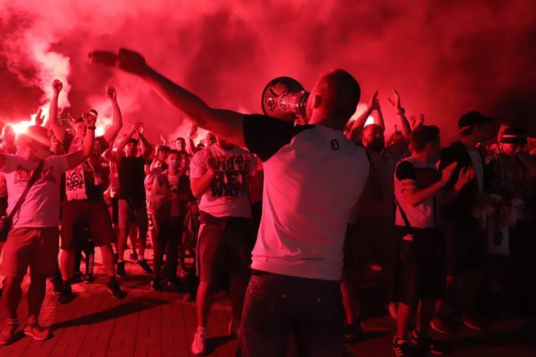 Kibice ŁKS na stadionie przy al. Unii! Odpalili race. ZDJĘCIA