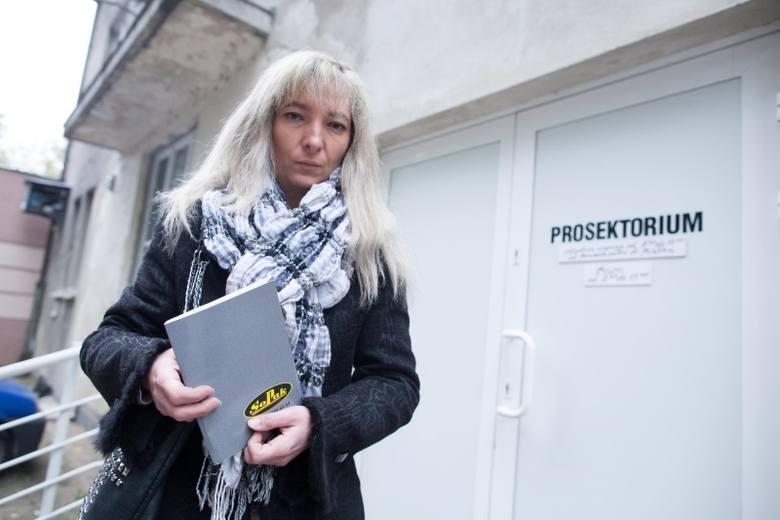 Ewa Gibaszyn w prosektorium otrzymała materiały reklamowe firmy pogrzebowej SoPak.