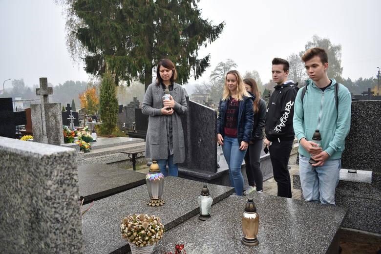 24 października 2019 udali się na cmentarz parafialny w Makowie Mazowieckim, by pomodlić się i zapalić znicze na grobach nauczycieli i uczniów.