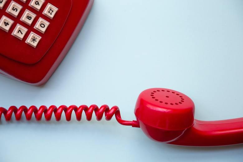 Czasem szefowie dzwonią do firmy o 9 rano na telefon stacjonarny, aby sprawdzić, czy pracownik punktualnie otworzył sklep lub biuro.