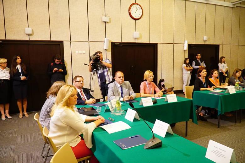 Regionalne okrągłe stoły edukacyjne organizowane są w całej Polsce na wzór spotkania, które miało miejsce w Warszawie po zawieszeniu strajku nauczycieli. Inicjatorem oświatowych debat przy okrągłym stole jest premier Mateusz Morawiecki.