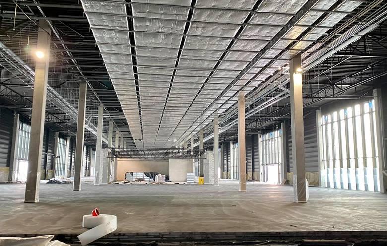 Wewnątrz terminala nieprzerwanie trwają prace instalacyjne i montażowe. Terminal to kluczowa i najkosztowniejsza inwestycja w Porcie Lotniczym Warszawa
