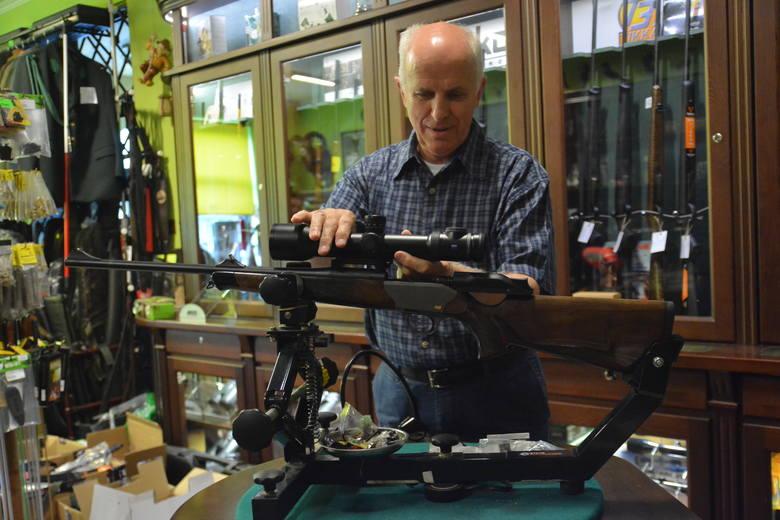 Jerzy Dudra montuje na strzelbach optyczne przyrządy celownicze. Niektóre elementy wykonuje sam. W pracy pomaga mu już syn. Tak razem kontynuują rodzinną