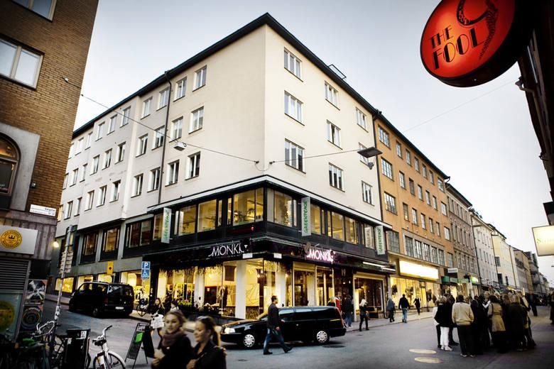 """To budynek książkowej redakcji gazety """"Millen-nium"""", gdzie pracuje jako dziennikarz śledczy Mikael Blomkvist, a redaktor naczelną jest Erika Berger. Stieg Larsson redakcję umieścił w tym właśnie budynku, okna wychodzą na ulicę Götgatan. Sam budynek jest na  rogu ulic Götgatan i Hökens. Są tu..."""