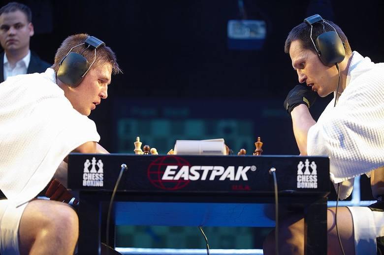 Jak nazwa wskazuje, to połączenie dwóch dyscyplin: szachów i boksu. Zawodnicy rozgrywają 11 trzyminutowych rund - naprzemiennie 6 rund szachowych (nieparzyste)