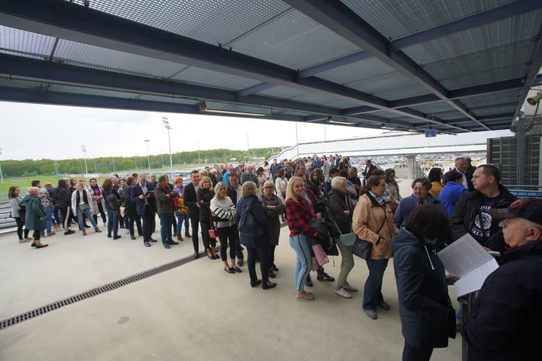 Od godz. 18.00 tłumy przed stadionem czekają na koncert włoskiego śpiewaka Andrea Bocelli. Widowisko odbywa się z okazji 100-lecia powstania Uniwersytetu