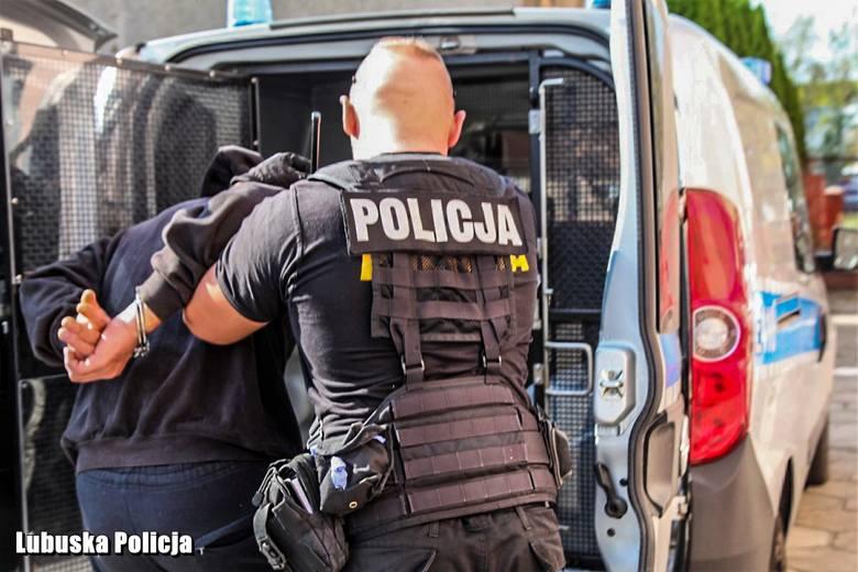 Próbował włamać się do pawilonu handlowego. Gdy zatrzymali go policjanci okazało się, że jest poszukiwany listem gończym.Policjanci z żarskiej komendy