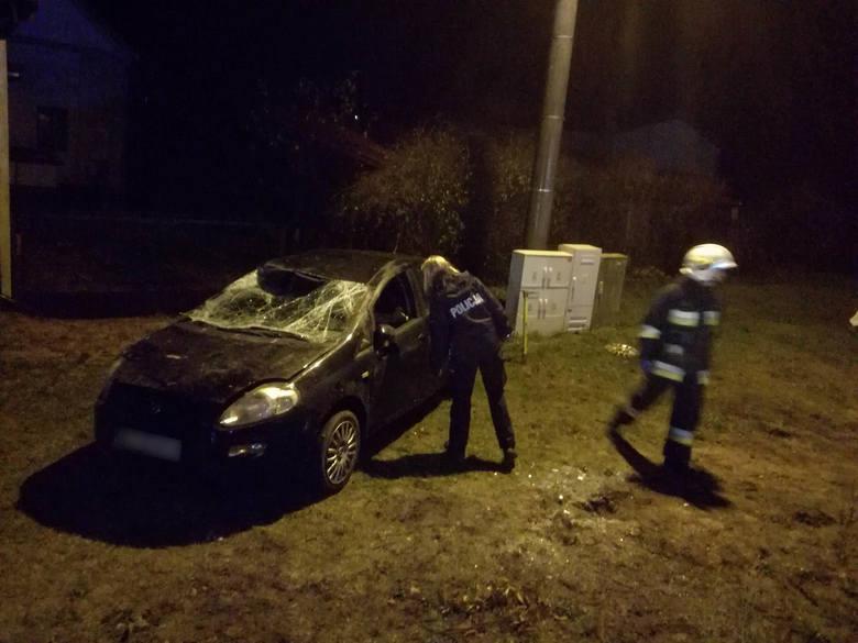 W poniedziałek wieczorem, około godz. 20:20 w miejscowości Żydowo na drodze wojewódzkiej 205 doszło do wypadku. - Samochód osobowy marki fiat wypadł