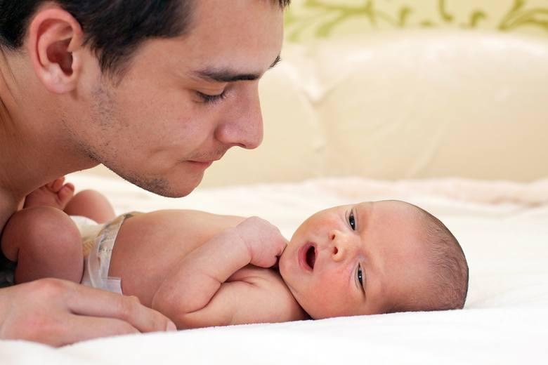 Kiedy ojciec może wykorzystać urlop tacierzyński? Jak podzielić urlop tacierzyński z mamą malucha? Ile wynosi zasiłek dla ojca? Wniosek o urlop tacierzyński