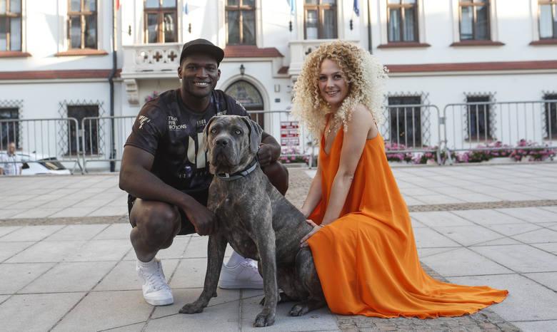 Izu Ugonoh przyszedł na trening medialny, który odbył się w rynku z uroczą blondynką i psem. W piątek ceremonia ważenia. W sobotę podczas gali KnockOut