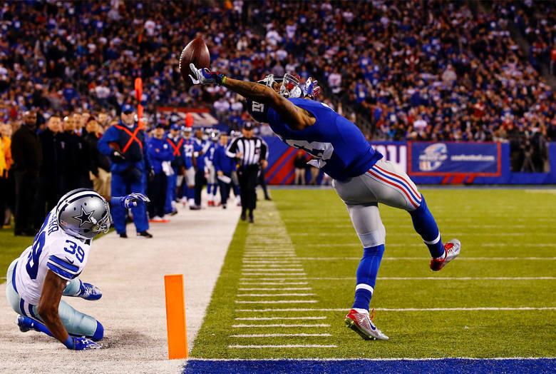 """WORLD PRESS PHOTO 2015. Drugie miejsce w kategorii """"Sport - zdjęcie pojedyncze"""". Futbolista New York Giants Odell Beckham podczas widowiskowego przyłożenia w meczu z Dallas Cowboys."""