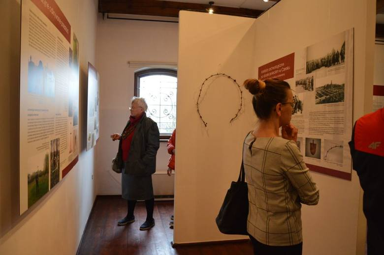 """W baszcie Kurza Stopa do 29 maja można oglądać wystawę """"Między pamięcią a zapomnieniem. Archeologia pierwszowojennego obozu jenieckiego w Czersku"""""""