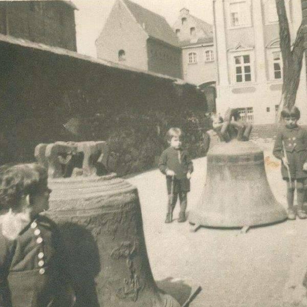 Odzyskane zabytkowe dzwony pokazywano podczas festynów z których dochody przeznaczone były na odbudowę Fary.
