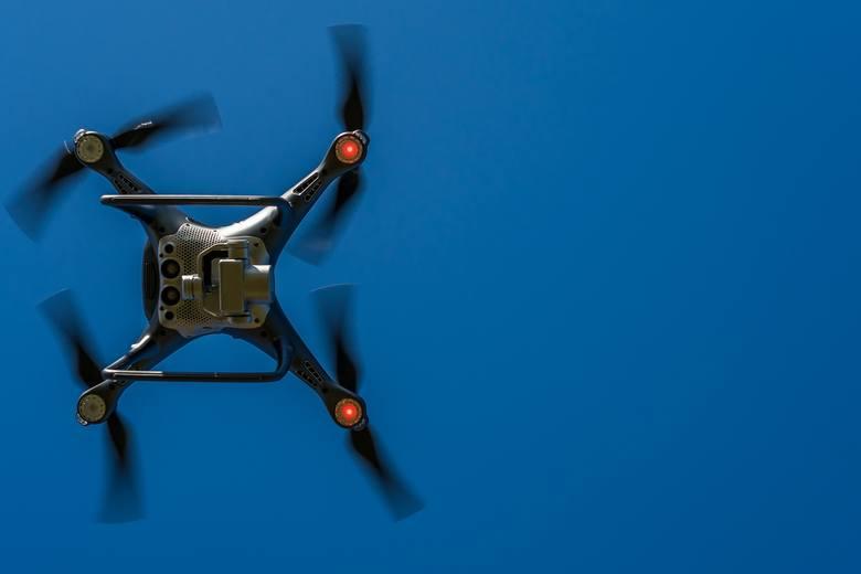 Własny dron to marzenie coraz większej liczby osób - także dzieciaków. Najtańszego drona można kupić już nawet za 150 zł, górna granica cenowa w zasadzie nie istnieje. Wszystko zależy od jakości sprzętu, długości lotu, rodzaju wbudowanego aparatu. Pamiętajcie jednak, że latanie dronem obwarowane...