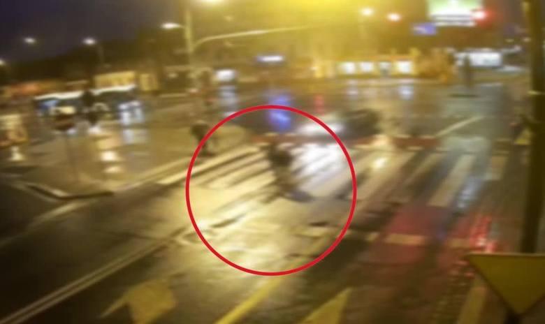Kamera monitoringu zarejestrowała nietypowe zdarzenie. Na filmie udostępnionym przez policję widać jak piesza nie zaważając na nadjeżdżający samochód