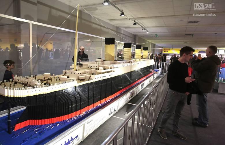 Model statku Titanic zbudowany z klocków Lego.