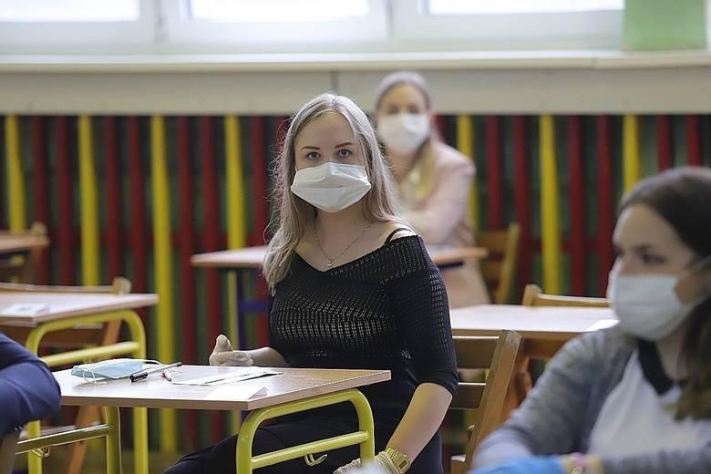 Minister Czarnek zasugerował również, że jeśli tylko wskaźniki będą pozytywne, to do szkół powrócić będą mogły kolejne roczniki. – Najpóźniej do połowy