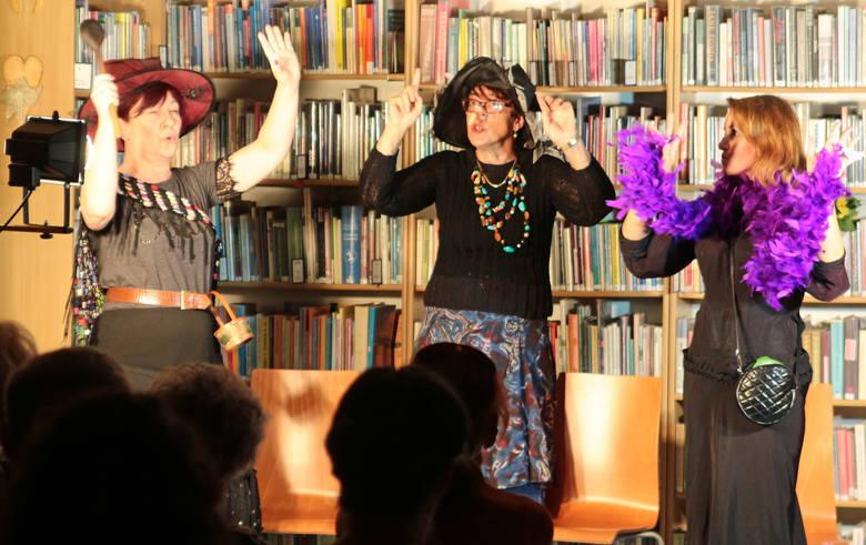 """Premierę przedstawienia """"Bunt czarownic w krainie bajek"""" w wykonaniu grudziądzkiego Teatru Rodzinnego obejrzeliśmy w bibliotece przy"""