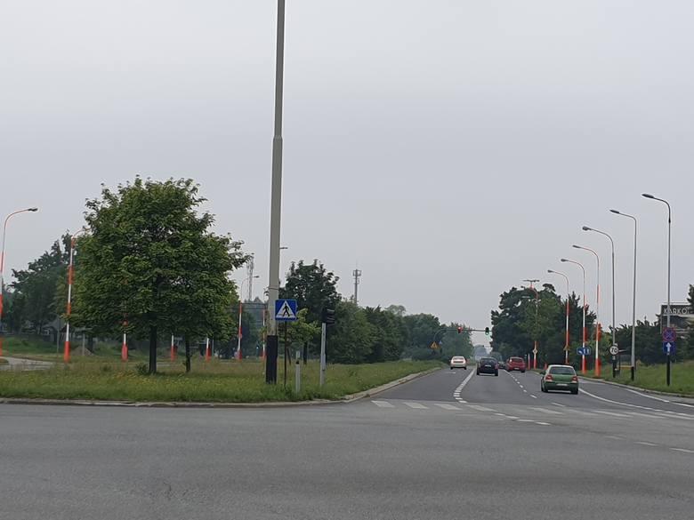 Biało-czerwone latarnie w rejonie Instytutu Centrum Zdrowia Matki Polki