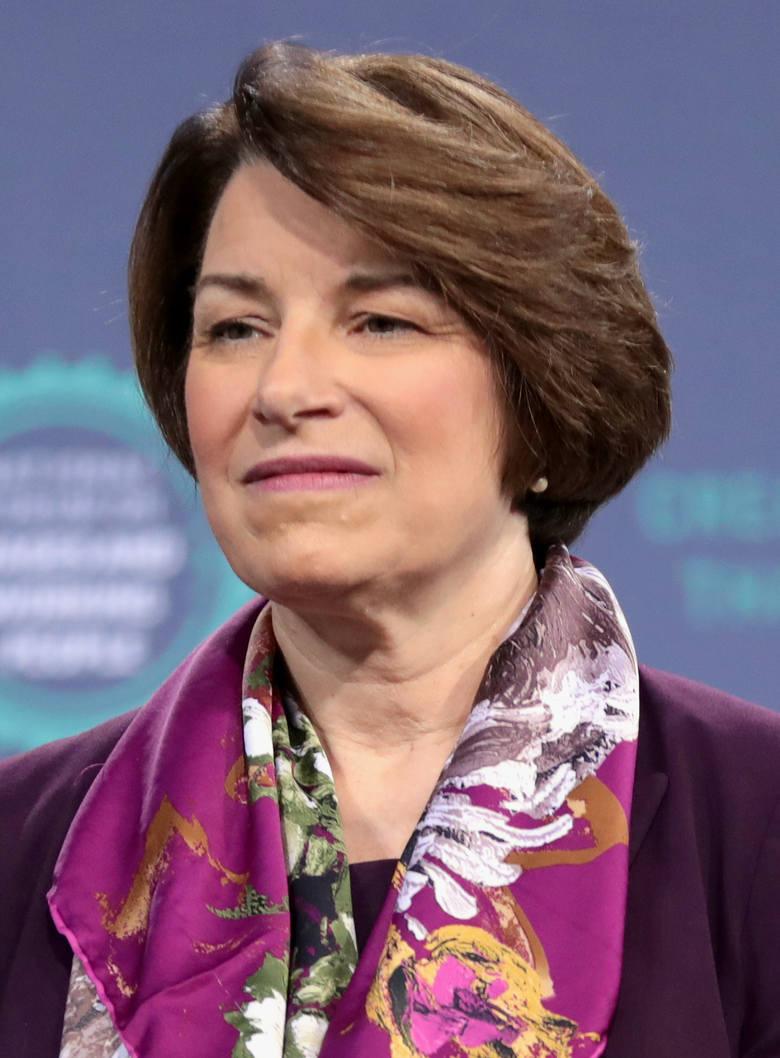 Urodziła się w 1960 roku w stanie Minnesota. Zwolenniczka powszechnego ubezpieczenia zdrowotnego. W 2013 roku głosowała za uregulowaniem pobytu nielegalnych