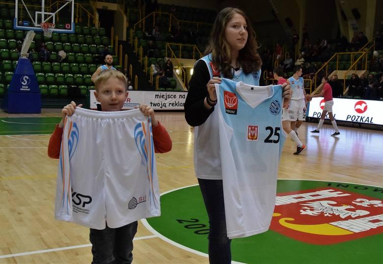 Pierwsze licytacje w Inowrocławiu na rzecz WOŚP już za nami. Podczas Inowrocławskiego Święta Koszykówki za piłkę z podpisami koszykarzy KSK Noteć nabywca