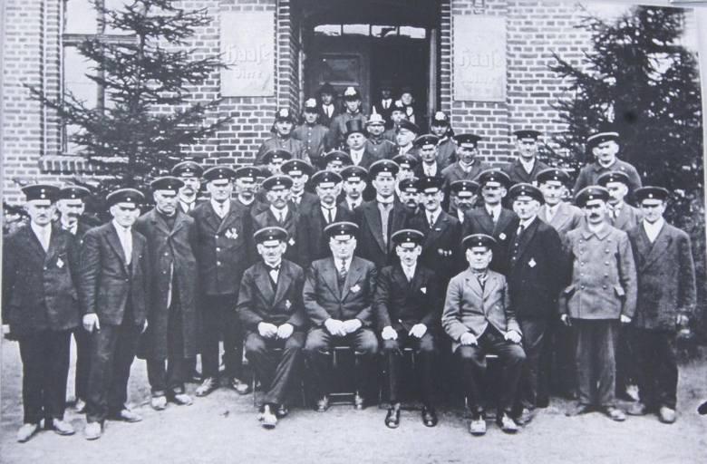 Zdjęcie strażaków z Freiwillige Feuerwehr Frei Kadlub w 1937 roku, zdjęcie ze zbiorów J. Kutza.Ochotnicza Straż Pożarna w Kadłubie Wolnym istniała tu