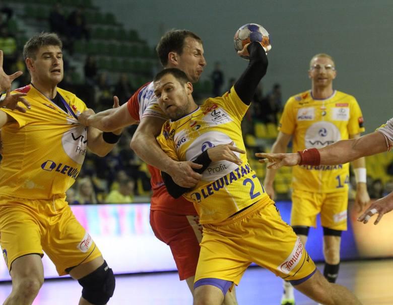 Antoni Łangowski dwoił się i troił w obronie, a i tak Ivan Cupic (z piłką) zdobył 10 bramek.