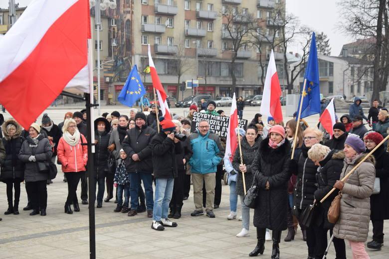 Dzisiaj, 23 marca, w Częstochowie też odbył się protest kobiet w ramach ogólnopolskiej akcji Czarny Piątek. Na placu Biegańskiego zebrały się kobiety,