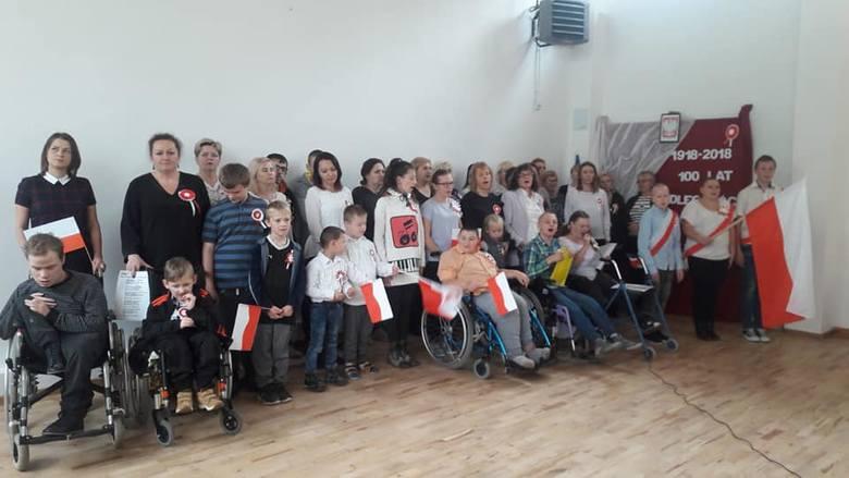 """Podopieczni Specjalnego Ośrodka Szkolno-Wychowawczego w Sulejowie  wzięli udział w akcji """"Razem dla Niepodległej"""". Dzieci odbyły krótką"""