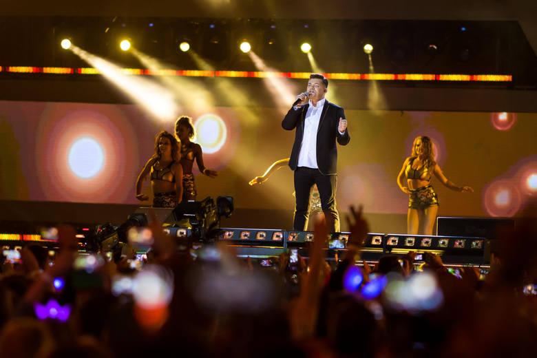 Poznańska agencja koncertowa miała zapłacić szantażystom około 20 tys. zł, bo inaczej zepsuliby oni występ Zenka Martyniuka. Tak donoszą media. Gwiazda