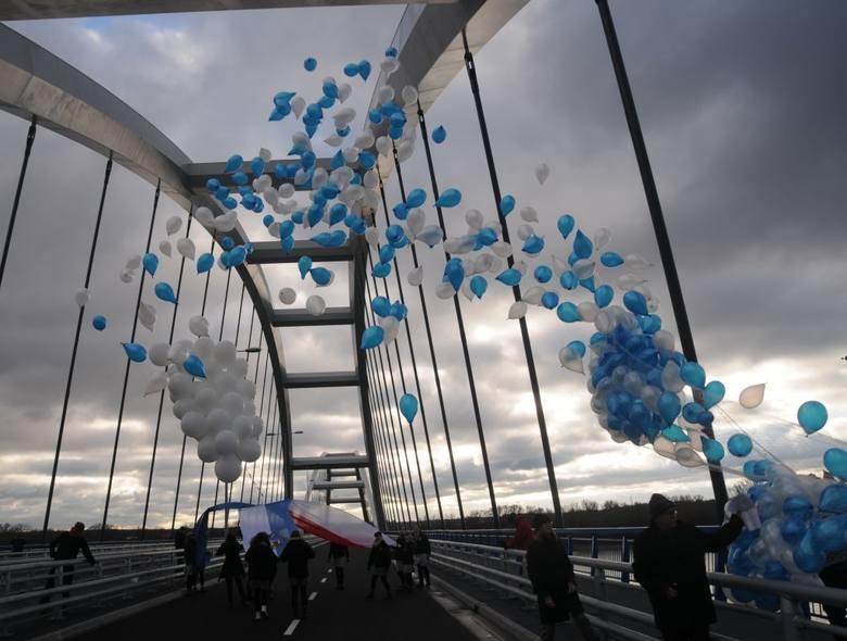 Na moście symbolicznie połączono dzisiaj flagi - unijną, miejską i narodową - na wysokości tablicy z nazwą patronki mostu gen. Elżbiety Zawackiej