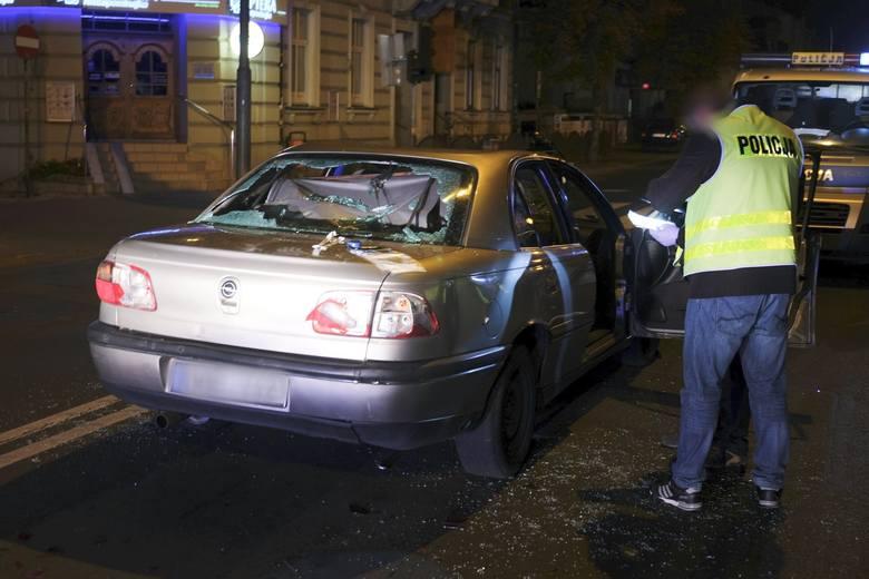 W czwartek około godz. 21, na ul. 3-go Maja w Przemyślu, doszło do starcia przemyskich kibiców. Pobito kierowcę osobowego opla. Samochód został poważnie