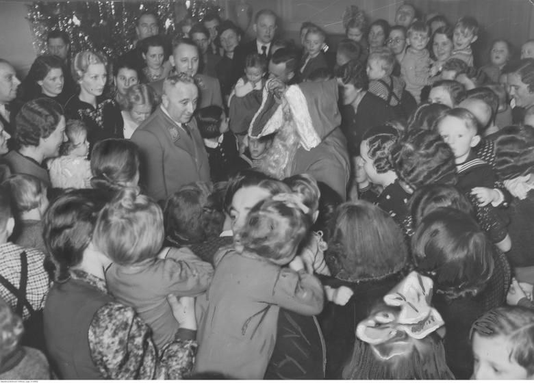 Bochum. Państwo Ley rozdają upominki z okazji Świąt Bożego Narodzenia, 1939.