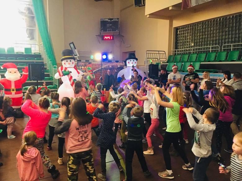 Mnóstwo świetnej zabawy, konkursy, nagrody czekały na najmłodszych podczas Mikołajek zorganizowanych przez Przemyski Ośrodek Sportu i rekreacji oraz