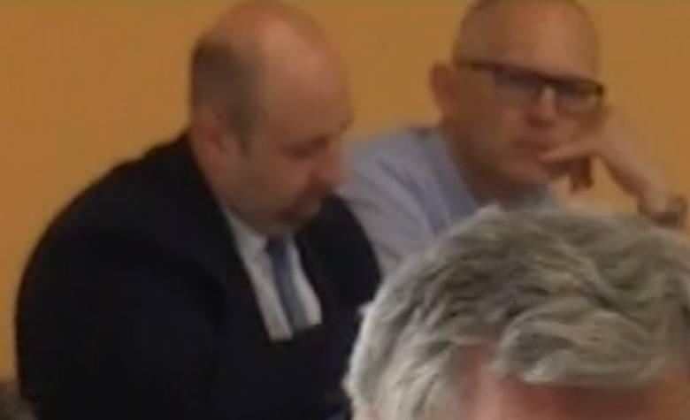 Nowy prezes szpitala Marcin Kisilica nie chciał dać się sfotografować. Był jednak obecny na ostatniej sesji rady powiatu kluczborskiego (siedzi po lewej