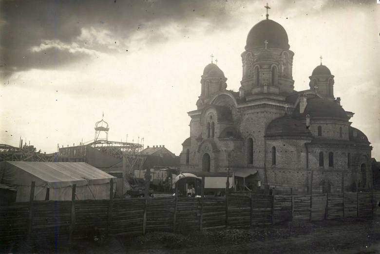 Budowę soboru Zmartwychwstania Pańskiego w Białymstoku rozpoczęto między dzisiejszymi ulicami Henryka Sienkiewicza i Fabryczną w 1898 roku. Fundusze