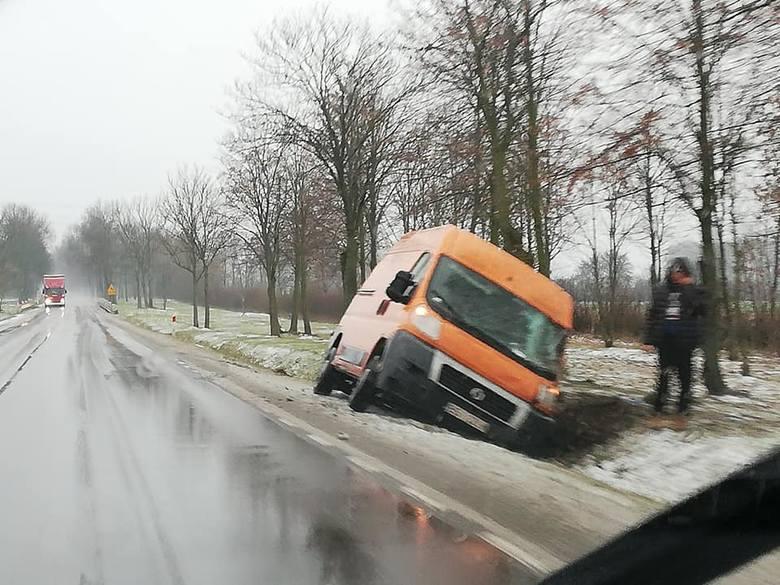 Podlaska policja ostrzega, że na drogach jest bardzo ślisko. Na DK 8 o godz. 6.42 w miejscowości Lipniak (gm. Szypliszki) doszło do zdarzenia drogowego.