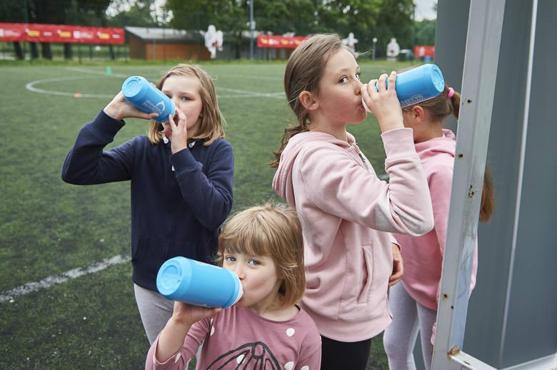 Ruch na świeżym powietrzu to samo zdrowie. Pamiętajmy jednak, zwłaszcza latem, o właściwym nawodnieniu organizmu.