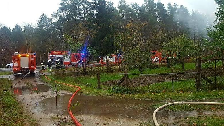 W niedzielę w godzinach porannych doszło do pożaru domu stojącego przy drodze krajowej nr 61. Dom drewniany, parterowy typu bliźniak, pokryty blachą