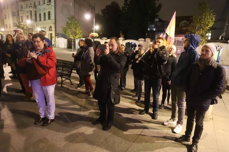 Protest przed siedzibą PiS w Łodzi. Uczestnicy manifestacji na ulicy Piotrkowskiej protestowali przeciwko mowie nienawiści jakiej używa partia rządząca